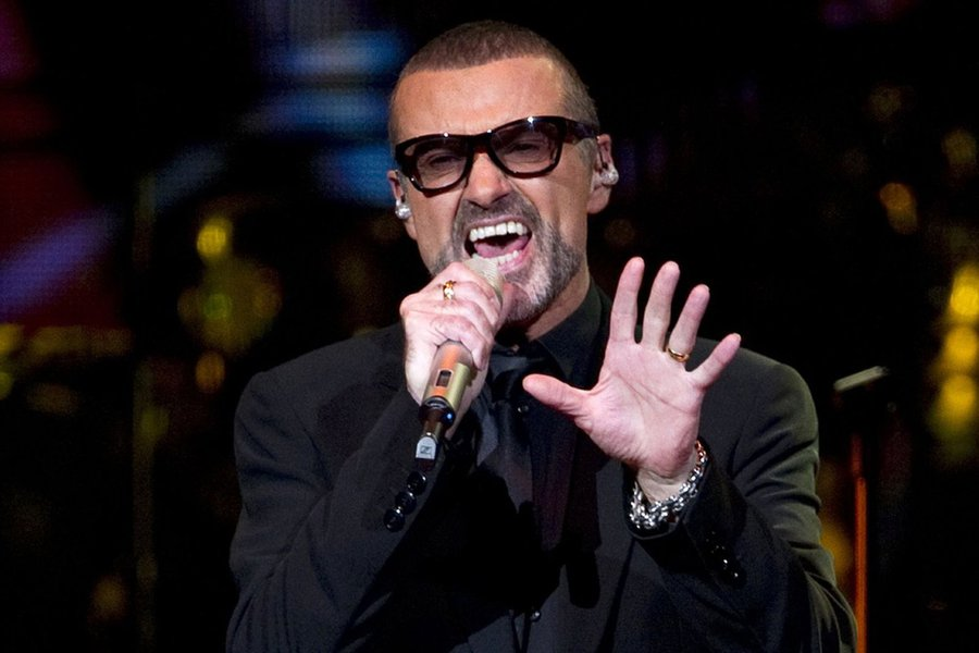 """Cantor George Michael, que lançou sua carreira na década de 1980 com a banda Wham, morreu aos 53 anos, informou neste domingo, 25; segundo a BBC, o artista morreu """"em paz na sua casa""""; não há detalhes sobre a causa da morte, mas segundo a polícia não há circunstâncias suspeitas de crime; a polícia de Thames Valley informou que uma ambulância esteve em uma casa em Goring, em Oxfordshire, para atender uma ocorrência; George Michael vendeu ao longo de sua carreira mais de 100 milhões de discos"""