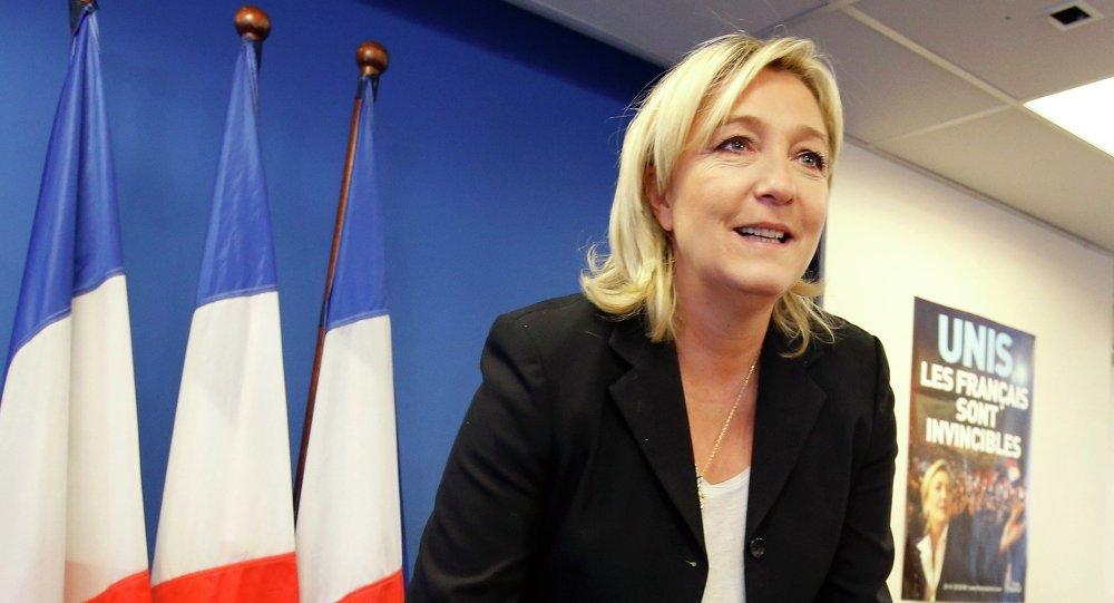 """Líder da direita francesa, Marine Le Pen não vê a Rússia como uma ameaça e considera a cooperação com Moscou necessária para reforçar a Europa; """"A Rússia é um país europeu e, se queremos que a Europa seja forte, temos de negociar com a Rússia"""", disse Le Pen em entrevista à BBC; Le Pen avaliou positivamente o """"protecionismo ponderado"""" do presidente Putin, salientando que o líder russo """"defende os interesses do seu país, protegendo a sua identidade"""""""