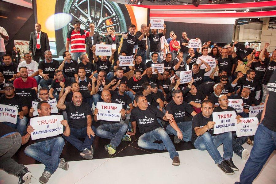 O abraçaço dos trabalhadores em torno do estande da montadora foi uma demonstração de indignação contra as práticas antissindicais que vigoram na planta do Mississipi, nos EUA, e contra a eleição de Donald Trump; protestou tumultuou o Salão do Automóvel de São Paulo