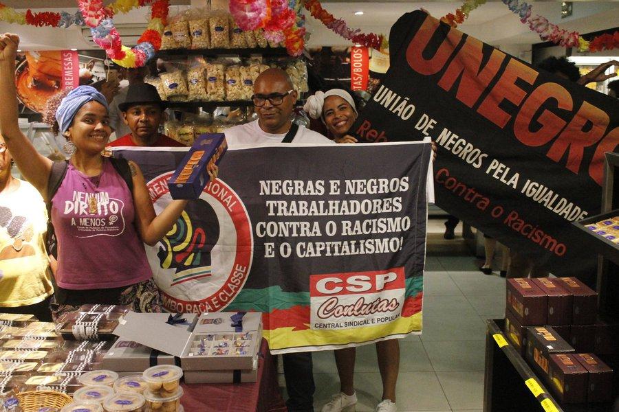 No Recife, a denúncia de racismo da Casa dos Frios contra o motorista Mário José Ferreira repercute nas redes sociais. A gerente de uma loja da Casa chamou a polícia para prender o motorista, porque ele estaria fingindo comprar bolos antes do assalto