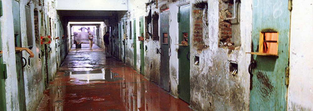 """""""Quase 40% do total de presos no Brasil em 2015/16 nem sequer foram condenados. Quantos homens massacrados em Manaus e Bela Vista estavam jogados no inferno sem nem sequer um julgamento?"""", questiona a Laura Capriglione, dos Jornalistas Livres; """"E as polícias militares seguem caçando nas ruas, superlotando de indivíduos suspeitos-padrão (isto é pretos, pobres, favelados) as celas das cadeias já superlotadas"""""""
