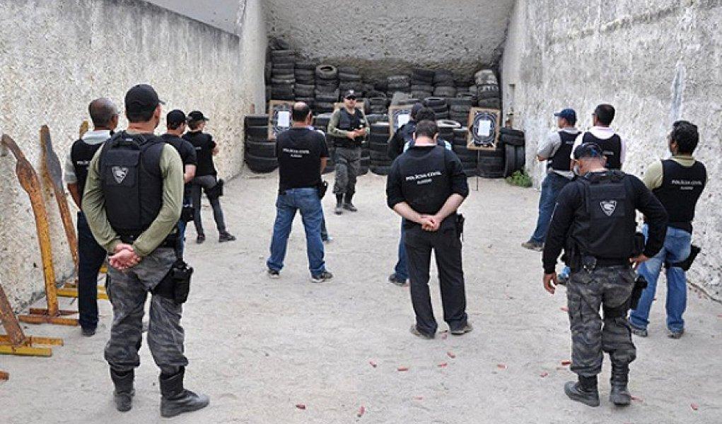 Os agentes da Polícia Civil de Alagoas estão recebendo o primeiro lote contendo 500 novos coletes balísticos, do total de 2.022 que foram adquiridos; também estão sendo compradas 300 pistolas, o que permitirá que cada policial tenha uma arma acautelada para o trabalho diário