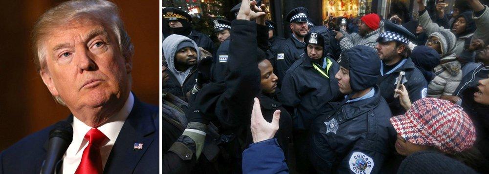 """Presidente dos Estados Unidos, Donald Trump, prometeu intervenção federal em Chicago para conter a """"carnificina"""" da violência armada na terceira maior cidade do país, a menos que a taxa de homicídios seja reduzida; """"Se Chicago não resolver essa 'carnificina' horrível que está acontecendo, 228 tiroteios em 2017 com 42 mortes (aumento de 24 por cento em relação a 2016), irei mandar os federais!"""", disse Trump no Twitter; não ficou claro o que Trump quis dizer com """"os federais"""" ou que tipo de intervenção governamental unilateral ele poderia ordenar para tratar da questão"""