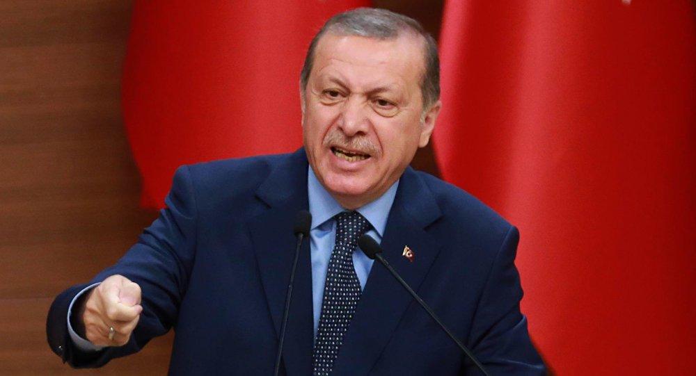 """Presidente da Turquia, Recep Tayyip Erdogan, disse nesta terça-feira (29) que o Exército de seu país entrou na Síria para acabar com o governo do presidente Bashar Assad, a quem acusou de terrorismo de Estado; """"Entramos [na Síria] para acabar com o regime do tirano Assad que aterroriza com terror de Estado. [Não entramos] por qualquer outra razão"""", declarou Erdogan"""
