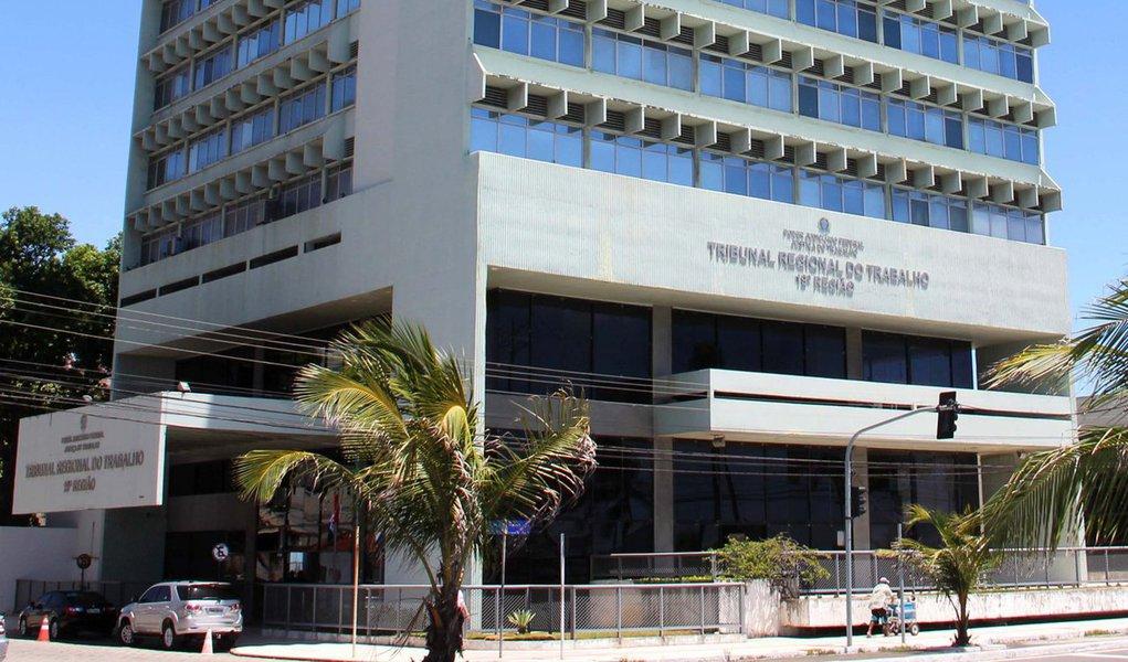 Auditoria do Tribunal Superior do Trabalho (TST) revela que o Tribunal Regional do Trabalho de Alagoas (TRT/AL) descumpriu normas legais e pagou indevidamente R$ 1 milhão a juízes e desembargadores relativos a férias; Alagoas aparece em segundo lugar nesses pagamentos, atrás apenas do TRT de São Paulo, que lidera com 872 pagamentos irregulares a 290 magistrados, no total de R$ 21,6 milhões