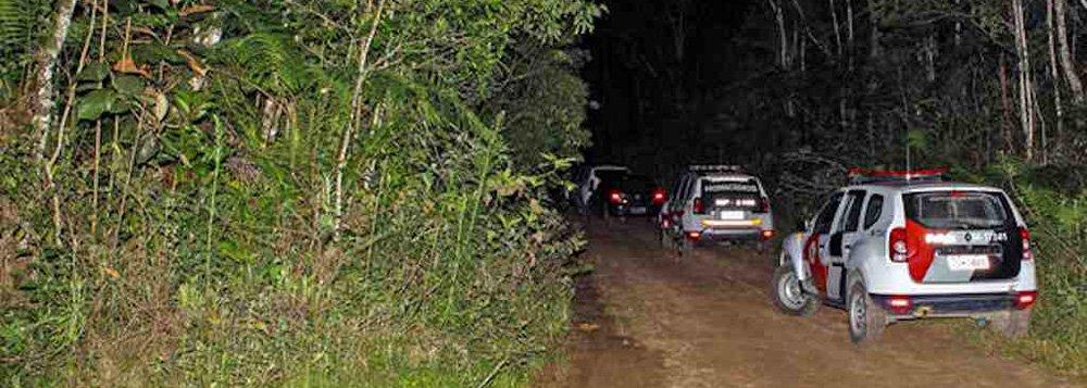A polícia investiga se os cinco corpos encontrados em um matagal na cidade de Mogi das Cruzes, na região metropolitana de São Paulo, são dos rapazes que desapareceram no último dia 21 de outubro. O grupo ia de carro da zona leste da capital paulista para uma festa em Ribeirão Pires e nunca mais foi visto