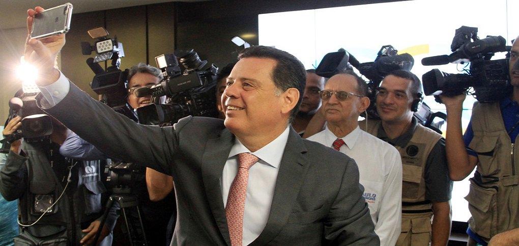 """Em entrevista coletiva nesta sexta-feira, o governador Marconi Perillo mostrou números do Estado na área fiscal; """"Neste ano nós multiplicamos por 100 vezes o superávit primário de 2015, que foi de R$ 6 milhões"""", disse, ressaltando que """"esse é um motivo para comemoração""""; """"Posso afirmar que dificilmente teremos outro Estado com um resultado semelhante ao nosso""""; governador destacou a importância do ajuste fiscal iniciado em 2014 e destacou que Goiás foi o primeiro estado a aprovar um novo pacote de medidas após o acordo com a União; """"Em 2014, tivemos um déficit orçamentário de R$ 1,3 bilhão, em 2015 déficit de R$ 1,8 bilhão e em 2016 houve superávit de R$ 600 milhões"""""""