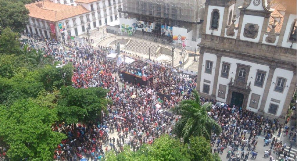 O protesto que reúne milhares de servidores em frente ao prédio da Assembleia Legislativa do Rio de Janeiro (Alerj) acabou em confronto com a Polícia Militar e forçou os comerciantes de ruas próximas a fecharem as portas, com medo de depredação ou invasão; tropa de choque da PM usou dezenas de bombas de efeito moral e de gás lacrimogêneo contra os manifestantes que se dispersaram no primeiro instante, mas voltaram a se reagrupar logo adiante