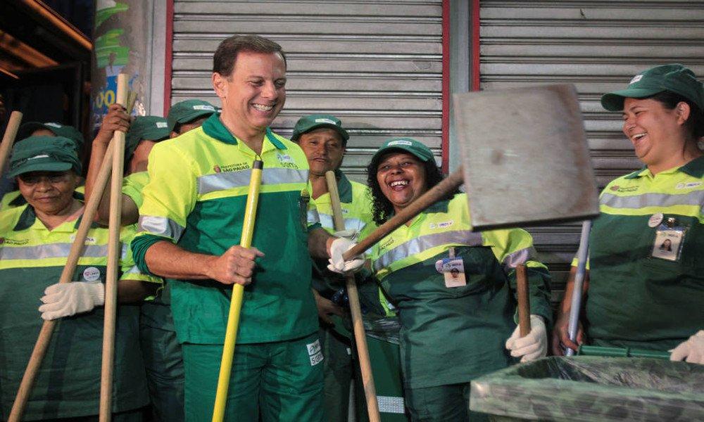 A Cidade Linda de Doria Gray só existe no acordo diabólico que o atual prefeito fez com a mídia e os grandes grupos econômicos de São Paulo. Com base num marketing que vende um João Trabalhador, ele desfila de gari, de cadeira de rodas, de peão de obra, de tudo aquilo que nunca foi