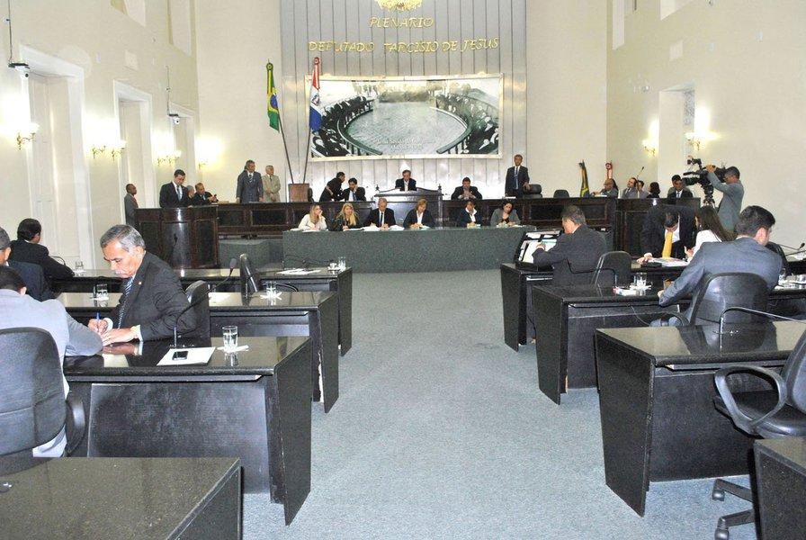 No que é considerado uma derrota do governo de Alagoas, os deputados estaduais, por 12 votos a 8, aprovaram o parecer da Proposta de Emenda à Constituição (PEC) que impõe ao Poder Executivo o orçamento impositivo; caso aprovada pelo plenário, vai garantir cerca de R$ 80 milhões em emendas aos parlamentares, a partir de 2017