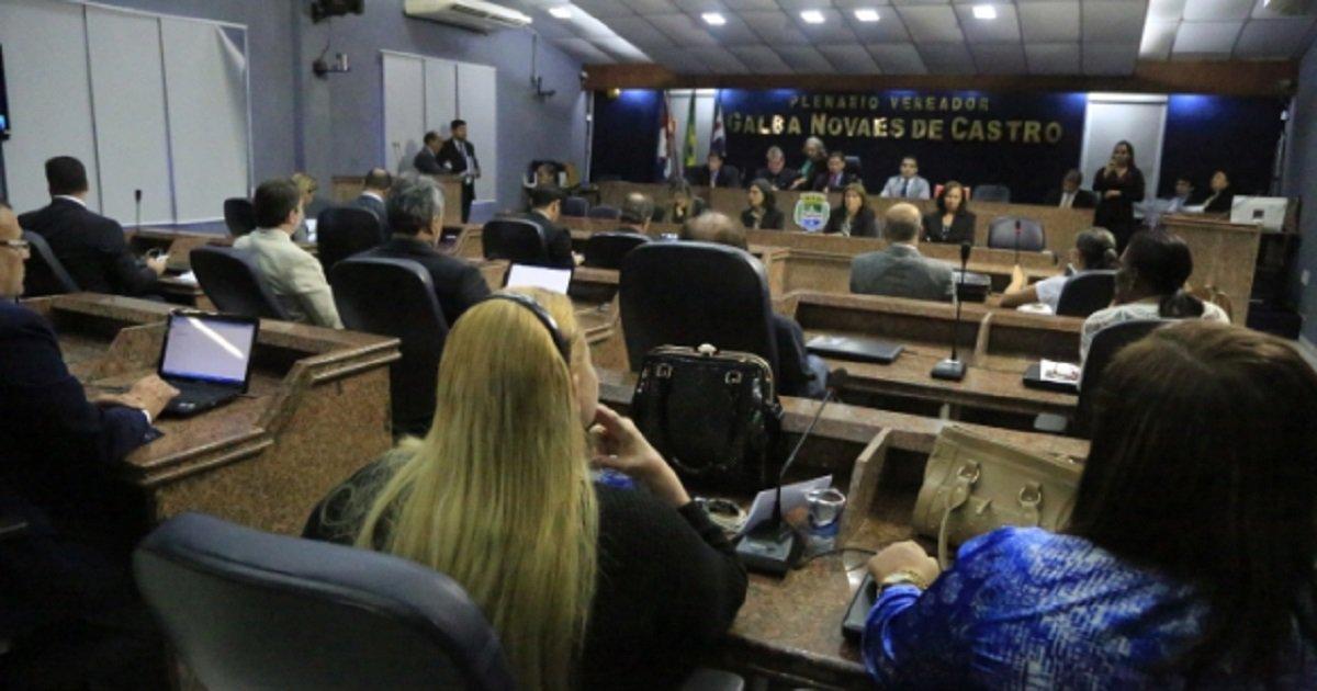Na última sessão do ano, a Câmara Municipal de Maceióaprovou ontem (28), um reajuste nos vencimentos dos vereadores, acompanhando a decisão da Assembleia Legislativa, que reajustou o salário dos deputados estaduais, na terça-feira (27). Na mesma sessão os vereadores também aprovaram,com 18 votos a favor e 3 contra, o projeto de Reforma Administrativa da Prefeitura de Maceió