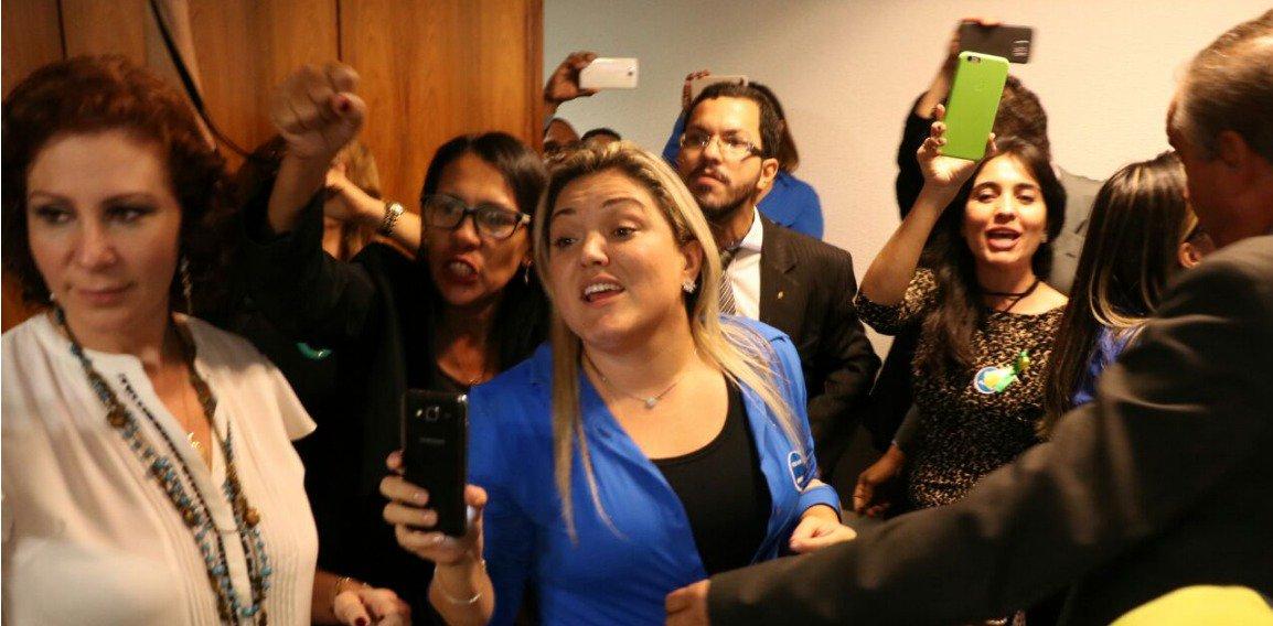 O principal mentor do movimento Escola Sem Partido, o advogado Miguel Nagib, convidado para a audiência, não compareceu à Comissão de Educação, nem apresentou justificativa; em vez disso, um pequeno grupo de manifestantes que não se identificaram invadiu a reunião da comissão, tumultuando os trabalhos e gritando palavras de ordem a favor do programa; para Camila Lanes, presidente da Ubes, a proposta é o começo da criminalização dos movimentos estudantis do País