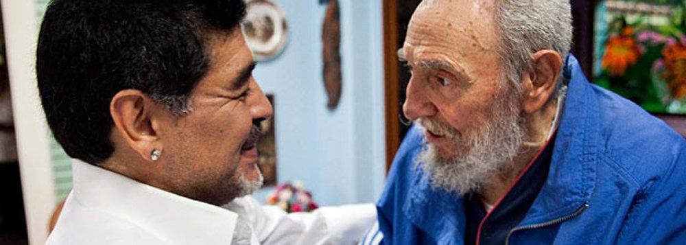 """Ex-jogador argentino Diego Maradona também lamentou a morte do líder cubano Fidel Castro; """"Morreu o meu amigo, o meu confidente, o que me aconselhou, que me ligava a qualquer hora para falar de política, de futebol, de basebal, o que me disse que quando Clinton fosse embora o que viria era pior, que foi Bush"""", confessou"""