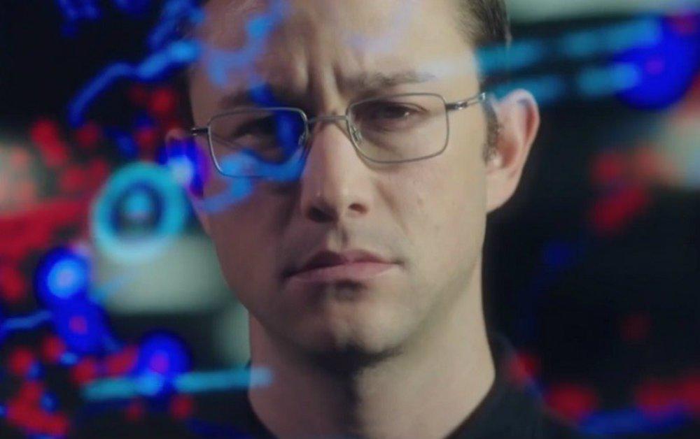 O filme retrata um período da história de Snowden, analista de sistemas que trabalhou no órgão de inteligência dos Estados Unidos, a CIA, e na agência nacional de segurança, a NSA. Interpretado por Joseph Gordon-Levitt (A Origem,2010), a história trabalha os aspectos sociais quelevaramum jovem conservador, aos 29 anos, a denunciar um esquema intenso de espionagem promovido pelo governo dos Estados Unidos