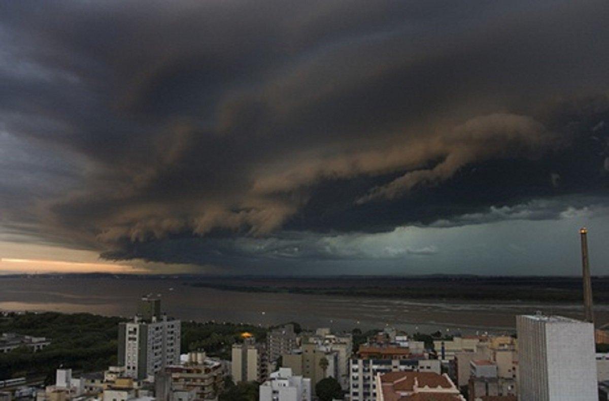 """O Instituto Nacional de Meteorologia (INMET) publicou hoje (26) um aviso de alerta laranja, de chuvas intensas, a partir da tarde desta segunda-feira no Rio Grande do Sul. A área do alerta inclui dezenas de municípios do estado, entre eles a capital Porto Alegre. De acordo com o Instituto, além da variação dos ventos de 61 e 99 Km/h, há risco de chuvas intensas entre 30 e 60 mm/h ou entre 50 a 100 mm/dia e granizo. Também há risco de """"quebra de vidros, estragos consideráveis, risco de queda de galhos de árvores, alagamentos, incidência de descargas elétricas e granizo"""" em diversas regiões do estado. O alerta vai até às 23h de terça-feira (27)"""