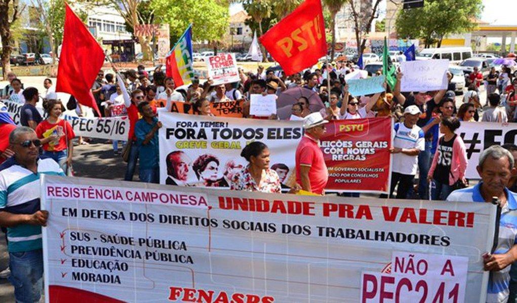 Os protestos contra o governo Michel Temer (PMDB) estão crescendo de proporção nas principais cidades do país; em Teresina, dezenas deles participaram de uma manifestação na Avenida Frei Serafim, uma das mais importantes da capital; protesto ocorreu contra a PEC 55, em defesa dos direitos sociais e o já tradicionalíssimo 'Fora Temer'