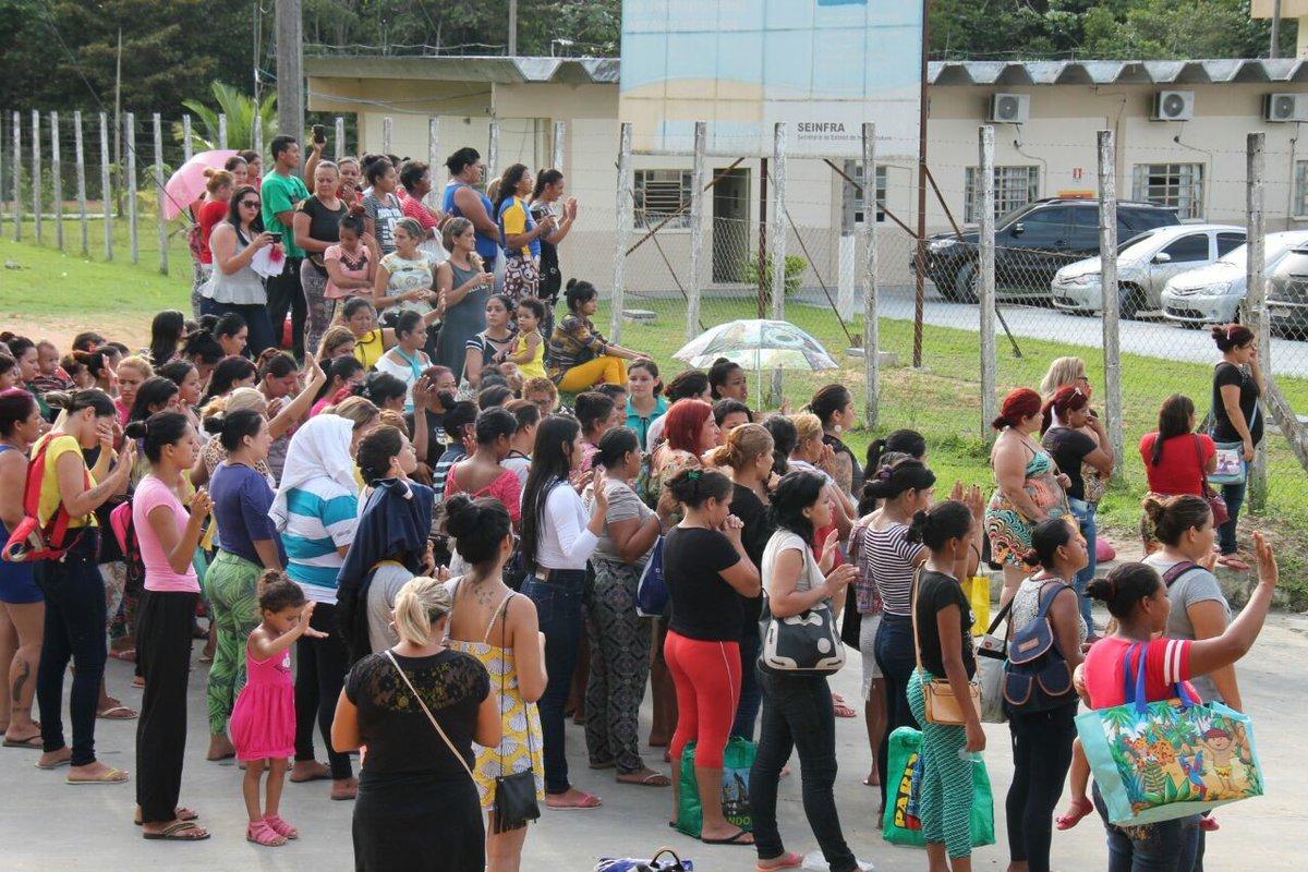 Parentes aguardam notícias sobre mortos em rebelião no Complexo Anísio Jobim (AM