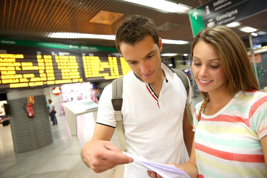 Levantamento do site PassagensAéreas.com.br revela que valor dos tickets caiu pela metade neste segundo semestre eque este é o momento certo para adquirir as suas passagens