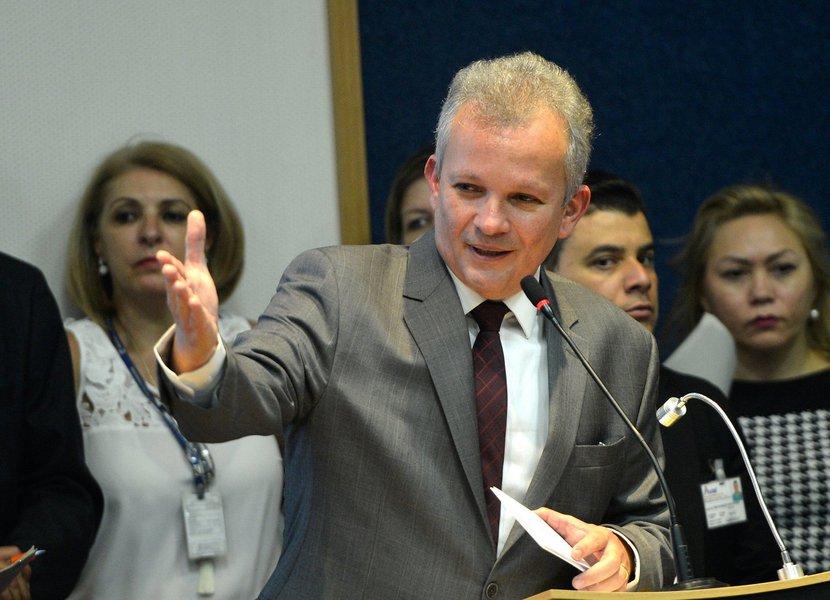 """""""O Poder Legislativo virou um carimbador à vontade do Poder Executivo"""", avaliou o deputado André Figueiredo (PDT), sobre o atual cenário da Câmara dos Deputados. Em entrevista o site Infomoney, o candidato à presidência da casa também reafirmou que manterá uma """"relação respeitosa"""" com o presidente Michel Temer (PMDB) e disse não ser contrário a reformas na previdência, mas """"de uma forma que não seja injusta"""""""