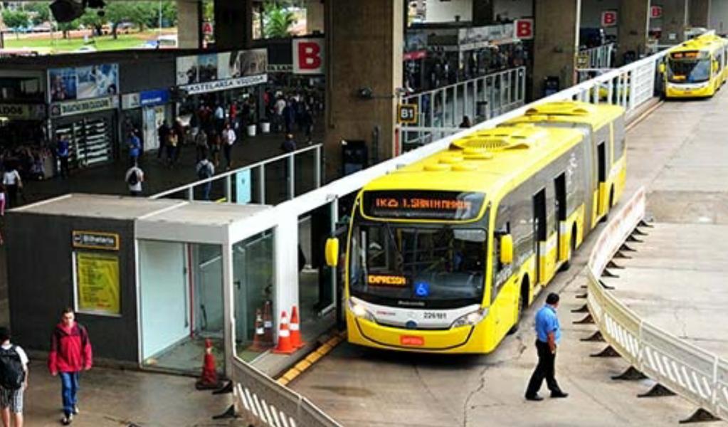 A mais nova desculpa criada por Rollemberg é para tentar justificar o segundo aumento nas passagens de ônibus e metrô! Somando-se o aumento de setembro de 2015 ao decretado no último dia 30/12, no apagar das luzes de 2016, contando com a distração da população, tem-se um rombo de até 66% no orçamento dos trabalhadores