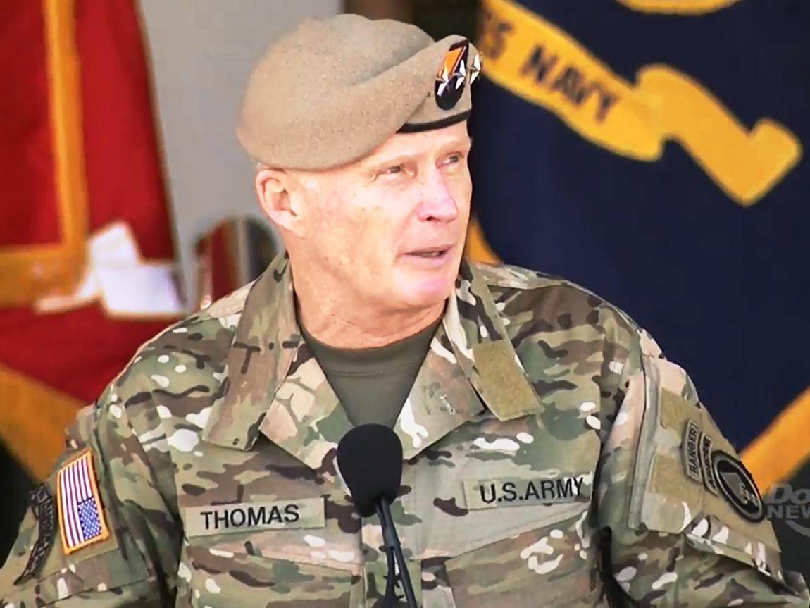 """Forças Especiais dos EUA foram implantadas perto da fronteira com a Rússia como parte de uma presença """"persistente"""" de tropas americanas nos Países Bálticos; o general Raymond Thomas (foto), chefe do Comando de Operações Especiais do Pentágono, disse que os estados Bálticos estavam """"desesperados"""" por receber ajuda dos EUA para dissuadir uma potencial agressão russa; """"Eles estão morrendo de medo da Rússia"""", disse Thomas em entrevista ao New York Times"""