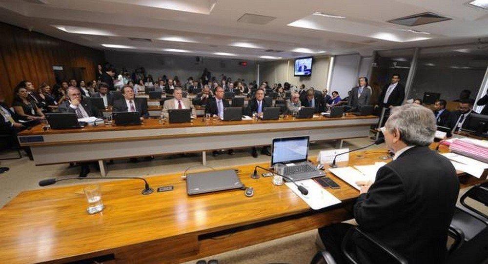 A Comissão de Assuntos Econômicos do Senado pretende discutir em audiência pública em 2017 o novo plano de reestruturação e cortes do Banco do Brasil (BB); muitos senadores acreditam que as mudanças vão prejudicar os clientes e pequenas e médias empresas; conforme já anunciado pelo presidente do BB, Rogério Caffarelli, o plano inclui o fechamento de superintendências regionais, diretorias e 402 agências físicas, e investimentos no atendimento online; com a reestruturação, cerca de 18 mil funcionários poderão se aposentar
