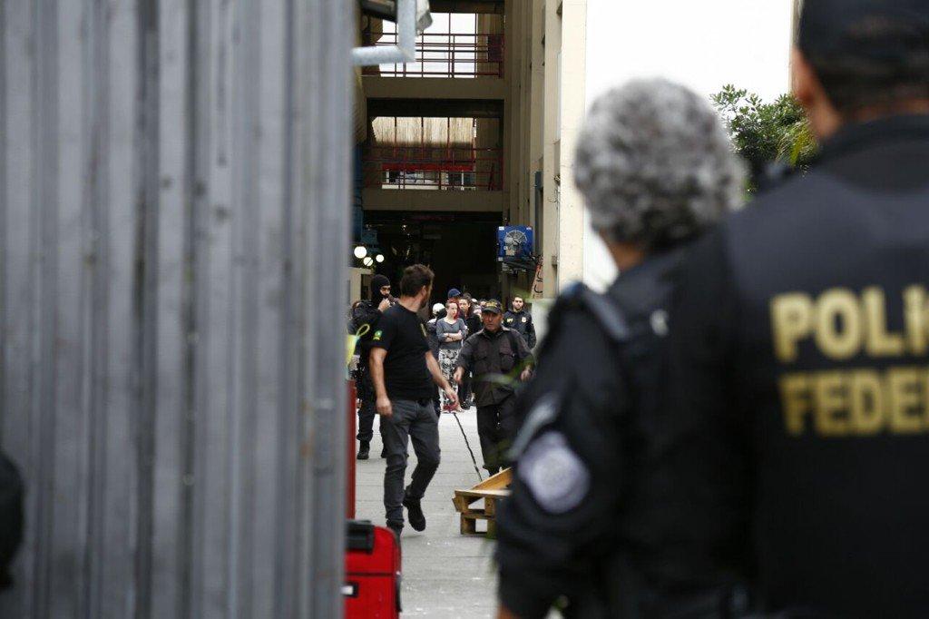Os manifestantes que ocupavam a Universidade tecnológica Federal do Paraná (UTFPR) foram obrigados a deixar o prédio na madrugada desta sexta-feira (25), quando a Polícia Federal cumpriu mandado judicial de reintegração de posse do prédio; segundo a PF, 55 estudantes estavam no local – seis menores de idade, que foram encaminhados aos conselhos tutelares da cidade; a universidade foi ocupada no dia 18 último; com apoio da PM, os agentes federais chegaram ao prédio por volta de 4h e disponibilizaram ônibus para retirada dos alunos