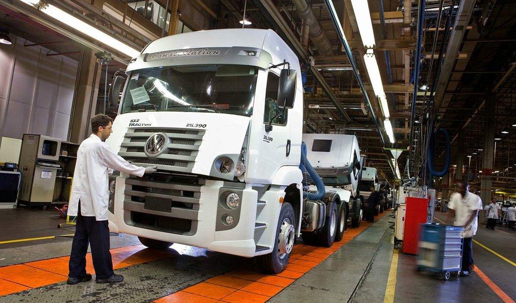 """Unidade de caminhões e ônibus do grupo Volkswagen vai investir 420 milhões de euros em novos produtos e modernização de produção no Brasil nos próximos cinco anos; """"Estou confiante de que a economia brasileira está atingindo o fundo e vai se recuperar nos próximos anos"""", disse o presidente da divisão Volkswagen Truck & Bus, Andreas Renschler"""