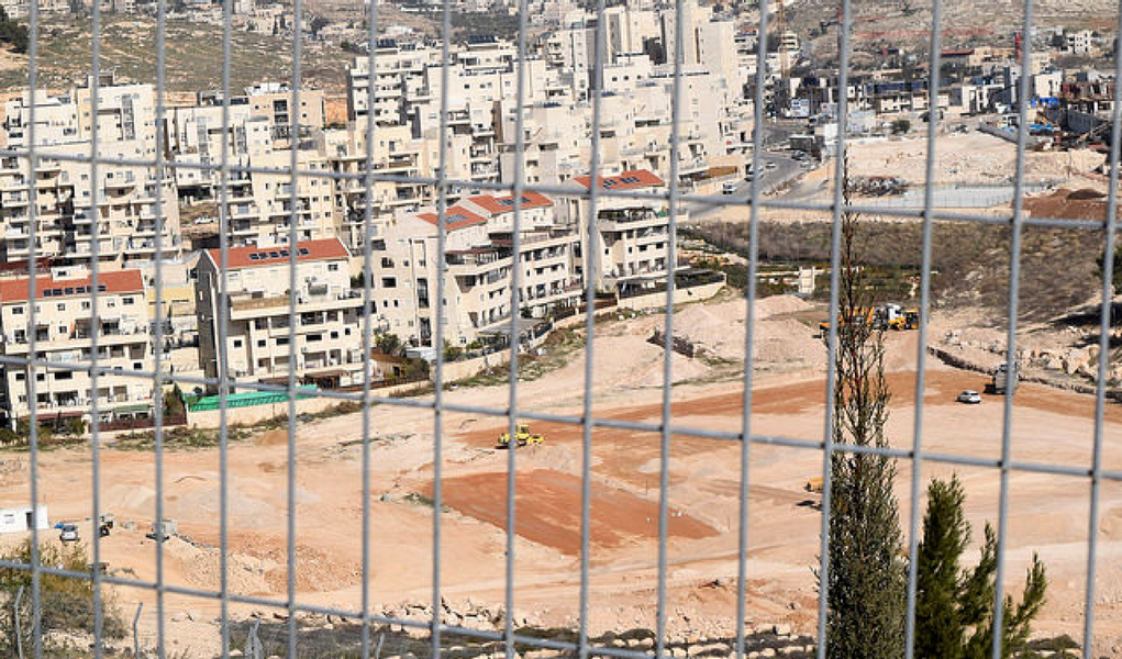 O governo de Israel aprovou, neste domingo (22), a construção de 566 novas casas em três assentamentos israelenses em território palestino, localizados no leste da cidade de Jerusalém; decisão é contrária ao que definiu o Conselho de Segurança da Organização das Nações Unidas (ONU), no último dia 23 de dezembro, quando o órgão aprovou uma resolução que considera ilegal os novos assentamentos israelenses em territórios ocupados