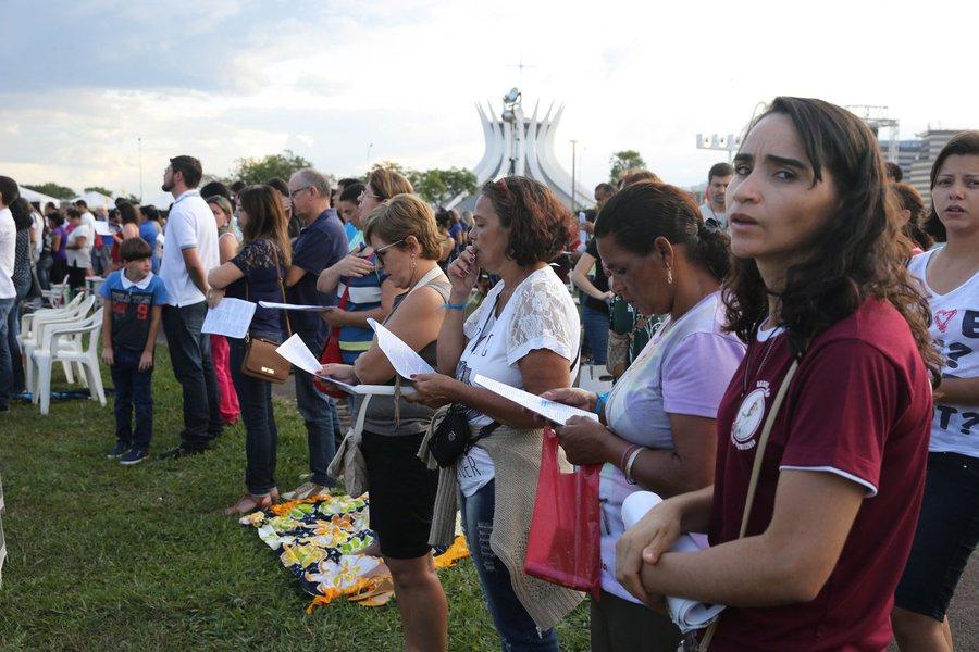 De outubro de 2014 a dezembro deste ano, eram 60% os que se declaravam católicos; neste ano, são 50% dos brasileiros maiores de 16 anos, de acordo com pesquisa; enquanto isso, percentual dos que dizem não ter uma religião mais que dobrou, de 6% para 14%