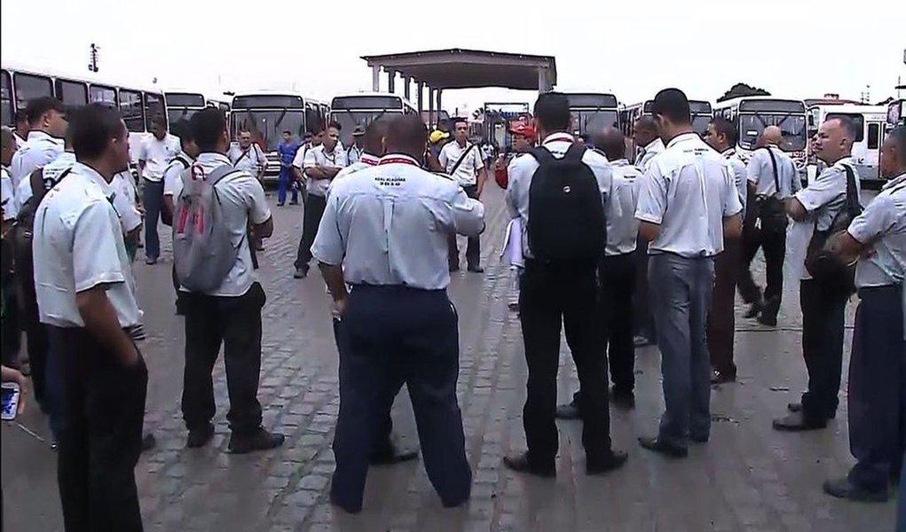 Como anunciado desde a semana passada, os rodoviários também aderiram aos protestos contra a Proposta de Emenda Constitucional (PEC) e suspenderam a circulação dos ônibus em Maceió; segundo o Sindicato dos Trabalhadores em Transportes Rodoviários (Sinttro) de Alagoas, cerca de 600 ônibus permaneceram nas garagens, afetando mais de 60 mil usuários