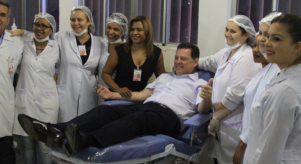 """Para incentivar a doação de sangue no Estado, o governador Marconi Perillo visitou na manhã desta sexta-feira o Hemocentro de Goiás e, após uma triagem médica, doou 410 mililitros de sangue para o estoque da unidade; Marconi lembrou que o gesto de solidariedade também marca o Dia Nacional do Doador Voluntário de Sangue, celebrado hoje, dia 25, em todo País:""""Doar sangue é doar vida. Espero que este ato sirva de exemplo. É um dos maiores atos de ajuda ao próximo"""""""