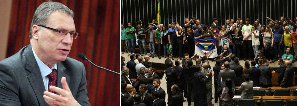 """Para o ex-ministro da Justiça Eugênio Aragão, o tratamento dado aos invasores do plenário da Câmara na quarta-feira 16, pedindo intervenção militar, """"traduz bem o grau de decomposição das instituições nacionais depois do deprimente espetáculo do 17 de abril do ano corrente"""", quando foi aprovado na Casa o pedido de impeachment de Dilma Rousseff, """"num grande carnaval de um desqualificado baixo clero de mandatários, sob a batuta mesquinha de Eduardo Cunha""""; """"O Brasil merece o respeito às instituições e o repudio àqueles que as querem transformar em tabernas ou lupanares. Quanto às autoridades, como tais só podem ser tratadas, quando prestigiam o lugar que lhes é confiado pelo povo. Quando o desmerecem, perdem sua condição e se equiparam a moleques em turba rueira"""", diz ele"""