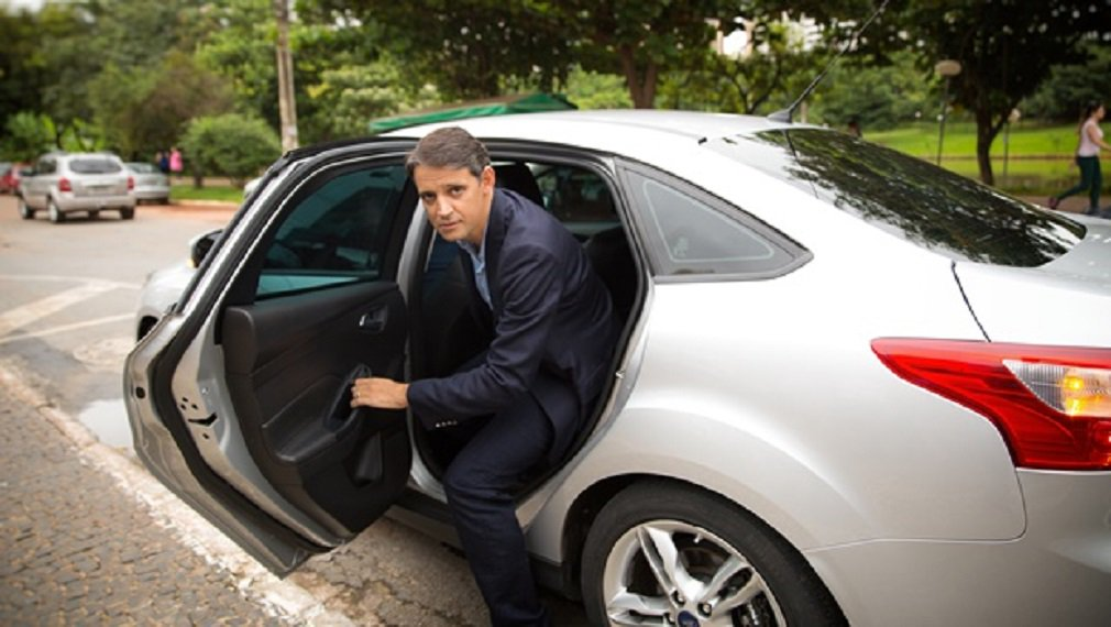 """O deputado federal Thiago Peixoto (PSD-GO) usou suas redes sociais nesta segunda-feira para criticar um Projeto de Lei que tem como foco principal proibir a utilização do aplicativo de transporte Uber no Brasil; proposta de Carlos Zaratini (PT-SP) autoriza que apenas taxistas possam fazer transporte individual de passageiros no País; """"Isso é um absurdo porque fere o direito de escolha do cidadão"""", disse o parlamentar goiano"""
