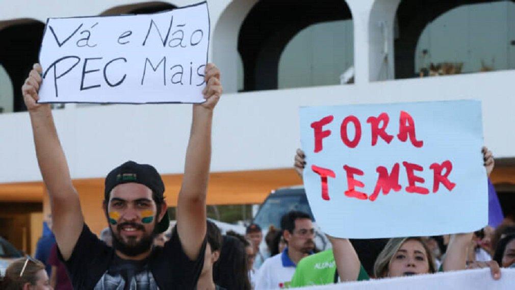 Estudantes de ocupações universitárias e secundaristas de todo o Brasil se reúnem na Ocupação da Universidade de Brasília (UnB), na capital federal, junto com diversas entidades do movimento educacional; ocupação da Universidade de Brasília recebe representantes das quase 200 ocupações e quer construir uma força-tarefa de resistência; com isso, a União Nacional dos Estudantes (UNE) planeja construir uma grande caravana até o Senado Federal no dia 29 de novembro, data em que será votada em primeira instância a PEC 55