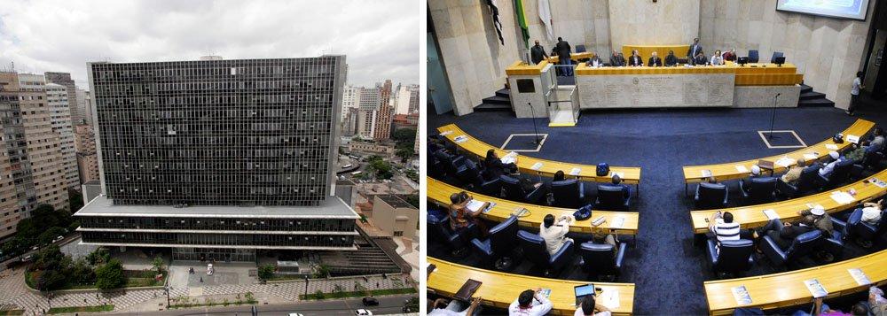 juiz Alberto Alonso Muñoz, do Tribunal de Justiça de São Paulo, suspendeu o reajuste de salários dos vereadores da capital paulista; magistrado concedeu decisão liminar em ação popular contra o aumento de salário dos vereadores, que havia sido aprovado na terça-feira, 20; por 30 votos a favor e 11 contra, os parlamentares municipais concederam reajuste de 26,3%, fazendo com que os salários subissem de R$ 15 mil para R$ 18,9 mil