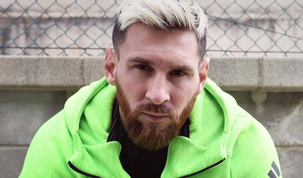 """Lionel Messi liderou os 26 homens da seleção argentina em protesto na terça-feira (15) contra a mídia, dizendo que estavam boicotando a imprensa até novo aviso;Messi, que ajudou na vitória em casa por 3 x 0 sobre a Colômbia afirmou que o time, de forma conjunta, """"Decidiu não falar mais com a imprensa""""; """"Recebemos muitas acusações, muita falta de respeito e nunca dissemos nada. Sentimos muito que tenha que ser assim, mas não temos opção"""", disse"""