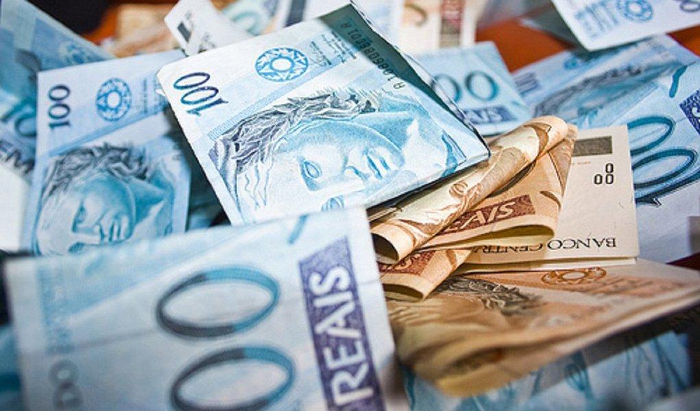 Alagoas vai receber quase R$ 300 milhões – Estado e municípios somados – dos valores arrecadados pela União com a repatriação de ativos brasileiros; porém, o valor vai ficar abaixo do que foi calculado inicialmente pelo governo alagoano; dados oficiais do Tesouro Nacional informam que o montante será de R$ 175.685.882,11 para o Estado e R$ 123.664.094,30 para os municípios; previsão anterior era de R$ 250 milhões e de R$ 136 milhões, respectivamente