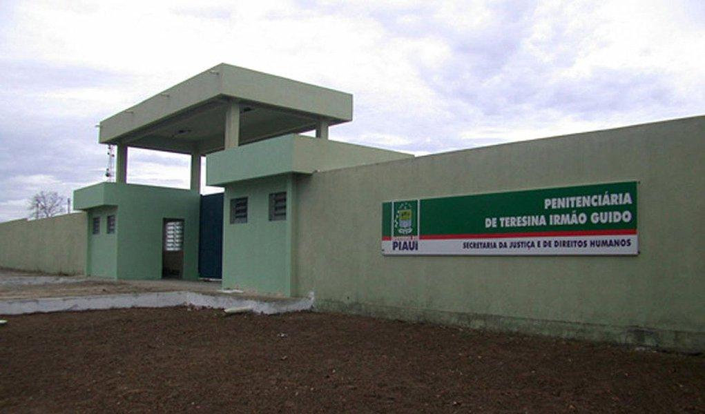 Detentos da Penitenciária Regional Irmão Guido, localizada na BR 317, próximo ao município de Altos, fugiram do pavilhão B; órgãos e forças de segurança pública estão em diligências para recapturar 17 presos, entre eles o latrocida Nilton césar da Silva Aguiar, vulgo Nilton do queijo, que matou o cabo Mesquita da Polícia Militar em 2015; de acordo com a Secretaria de Justiça do Piauí (Sejus), a fuga ocorreu por volta das 3h, através de um túnel para a área externa de um dos pavilhões da unidade; os nomes e fotografias dos foragidos já foram repassadas às forças de segurança pública e os agentes penitenciários também estão auxiliando nas buscas