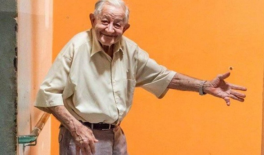 Para tentar realizar os desejos de Natal dos mais de 30 idosos moradores do abrigo Dona Helena Dorfneld, em São Carlos, São Paulo, a fotógrafa Leticia Luchesi, de 22 anos decidiu fazer a campanha 'Natal Solidário', compartilhando nas redes sociais fotos com o que cada um dos idosos gostaria de ganhar de presente; confira