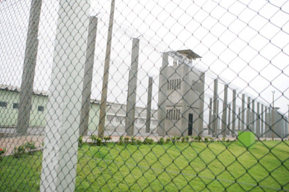 Para evitar que os episódios registrados no presídio Anísio Jobim,no Amazonas, se repitam no Ceará, a Secretaria de Justiça do Estado, com o apoio do Ministério Público, promoveu ontem atransferência de lideranças das facções criminosas, entre unidades prisionais da Região Metropolitana de Fortaleza