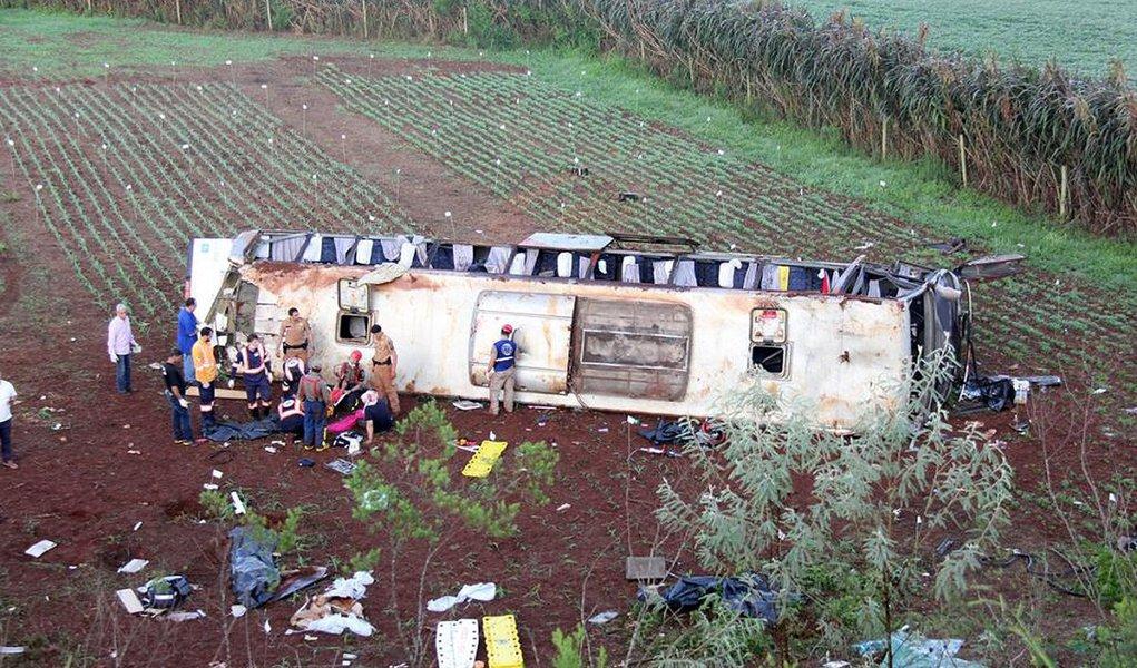 Morreu desta sexta-feira (6) a oitava vítima do acidente com um ônibus no entroncamento da BR-158 com a PR-317; a informação é dohospital Santa Casa de Campo Mourão, na região centro-oeste do Paraná; o veículo caiu em uma ribanceira de mais de 30 metros de altura; Larissa Bulgarelli Pires, de 17 anos, estava internada desde terça-feira (3), mas não resistiu aos ferimentos e morreu; ela era moradora de Foz do Iguaçu, na região oeste, e viajava com a mãe