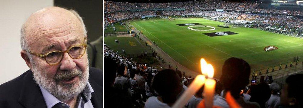 """Jornalista Ricardo Kotscho destacou nesta quinta-feira, 1º, a onda de solidariedade que tomou conta do Brasil e da Colômbia depois da tragédia que se abateu sobre o time do Chapecoense, com a queda do avião que levava os jogadores para a final da Copa Sulamericana; """"44 mil torcedores do Atlético Nacional, vestidos de branco e segurando velas brancas, cantando e chorando entoaram o grito de guerra do adversário: 'Vamos, vamos, vamos Chape'. Havia outro tanto de gente do lado de fora do estádio que não conseguiu entrar. A cidade toda parou"""", relata ele , sobre a homenagem ocorrida em Medelín"""