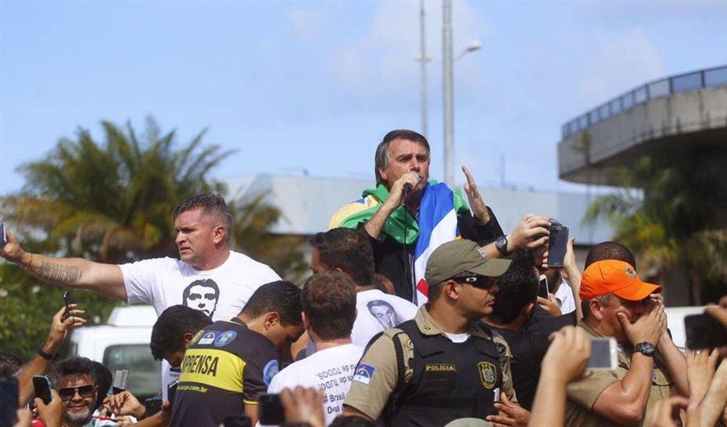 """Deputado federal Jair Bolsonaro (PSC-RJ) foi ovacionado por simpatizantes nesta quinta-feira, 10, no aeroporto do Recife;assista à histeria dos recifenses com a chegada do """"mito"""", que se comparou ao presidente eleito dos Estado Unidos, Donald Trump"""