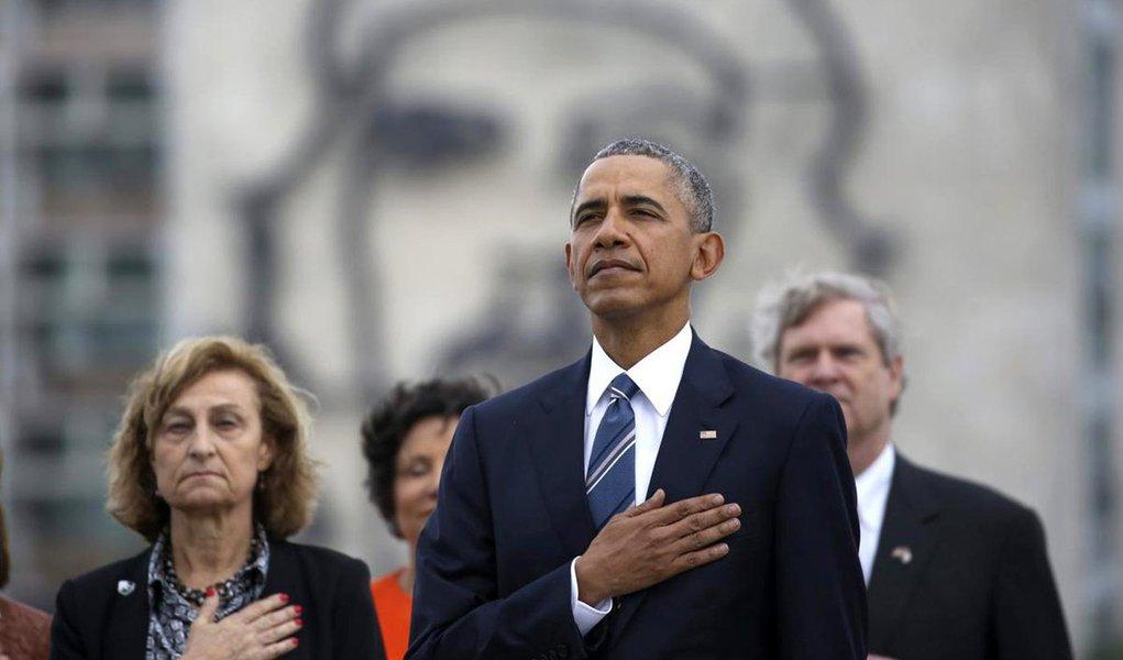 """Presidente dos Estados Unidos, Barack Obama, ofereceu neste sábado suas condolências à família de Fidel Castro e afirmou que a história julgará o impacto do líder cubano no mundo; """"Neste momento da morte de Fidel Castro, estendemos a mão da amizade ao povo cubano"""", disse Obama; """"A história vai registrar e julgar o enorme impacto desta figura singular sobre as pessoas e o mundo ao redor dele"""""""