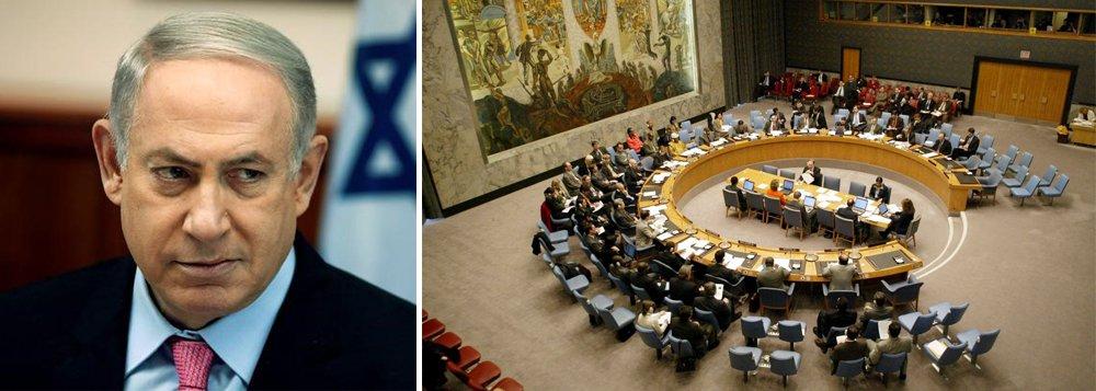"""Governo de Benjamin Netanyahu afirmou que não irá obedecer à resolução aprovada pelo Conselho de Segurança da ONU contra assentamentos israelenses na Cisjordânia; """"Israel rejeita esta decisão anti-israelense vergonhosa das Nações Unidas e não a acatará"""", disse um comunicado do gabinete de Netanyahu; ele acusou o governo dos EUA, que abstiveram da votação em decisão histórica, de """"colaborar nos bastidores"""" pela medida; """"Israel espera trabalhar junto com o presidente eleito Trump e com nossos amigos no Congresso, tanto republicanos quanto democratas, para anular os efeitos nocivos desta resolução absurda"""""""