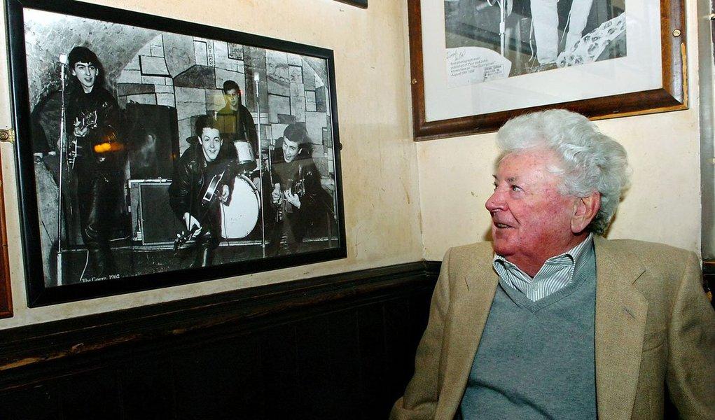 """llan Williams, o primeiro empresário que os Beatles tiveram, a partir de 1960, morreu na sexta-feira (30) aos 86 anos, informou neste sábado (31) o pub The Jacaranda, de Liverpool; """"Nosso fundador e o homem que descobriu os Beatles faleceu. Sentiremos saudades"""", publicou a conta do estabelecimento na rede social Twitter; Williams trabalhou com o famoso quarteto de Liverpool de 1960 a 1961 e foi responsável por organizar shows no Reino Unido e também em Hamburgo, na Alemanha"""
