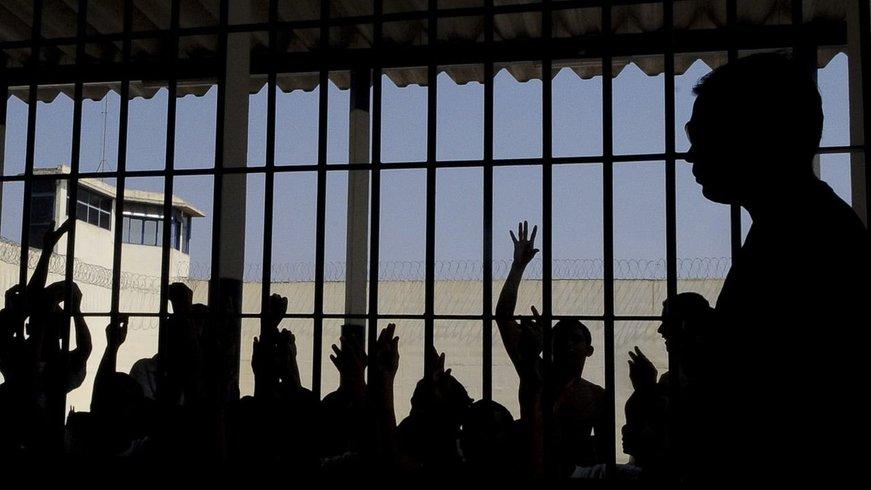 O Ministério Público de Contas (MPC) por meio do procurador-geral, Zailon Miranda Labre Rodrigues, protocolou no TCE-TO uma representação solicitando uma auditoria operacional no sistema carcerário tocantinense, para evitar rebeliões; relatório sobre a população brasileira encarcerada do Conselho Nacional de Justiça apontou que, em 2014, o Tocantins abrigava 2.805 presos, mas a quantidade de vagas disponíveis seria de 1.927, um déficit de 878 vagas no estado; em vistoria no Centro de Reeducação Luz do Amanhã, em Cariri do Tocantins, foi encontrado, por exemplo, o 'estatuto da facção criminosa'