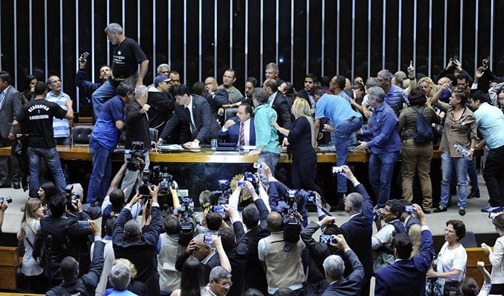 Quem tiver juízo deve preocupar-se com a atual crise brasileira, pois ela hoje namora o caos institucional, porta de entrada da convulsão social, na qual se alimenta o autoritarismo em todas as suas versões