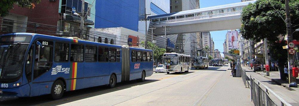 O Conselho Superior de Transporte Metropolitano vota o reajuste das passagens de ônibus nesta sexta (6); os donos das empresas de ônibus defenderão um reajuste de 33,9%; se a proposta for aprovada, o anel A terá um acréscimo de R$ 0,95, passando de R$ 2,80 para R$ 3,75, o anel B sairá de R$ 3,85 para R$ 5,15 (aumento de R$ 1,30)